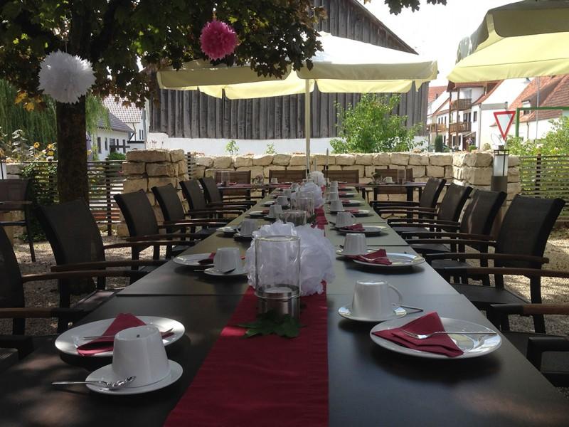 Festliche Tafel im Weingarten